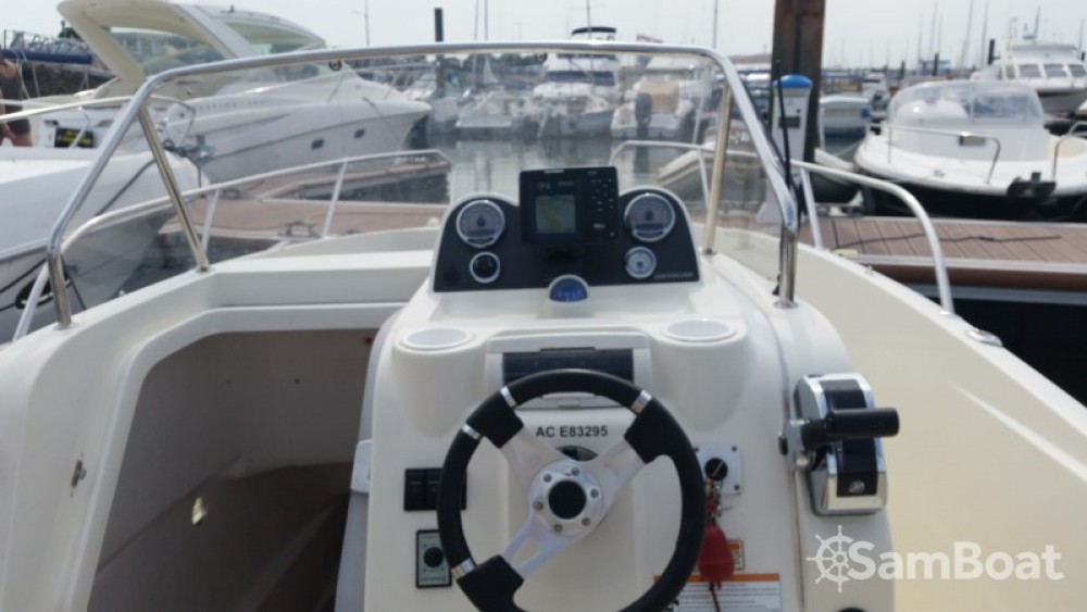 Motor boat for rent Parentis-en-Born at the best price