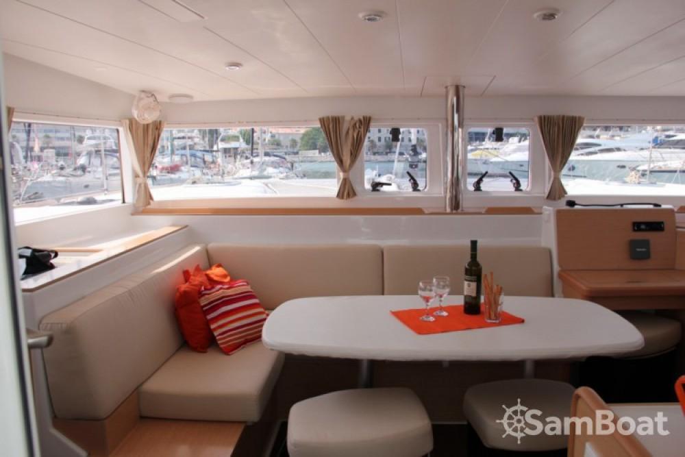 Catamarano a noleggio ACI Marina Split al miglior prezzo