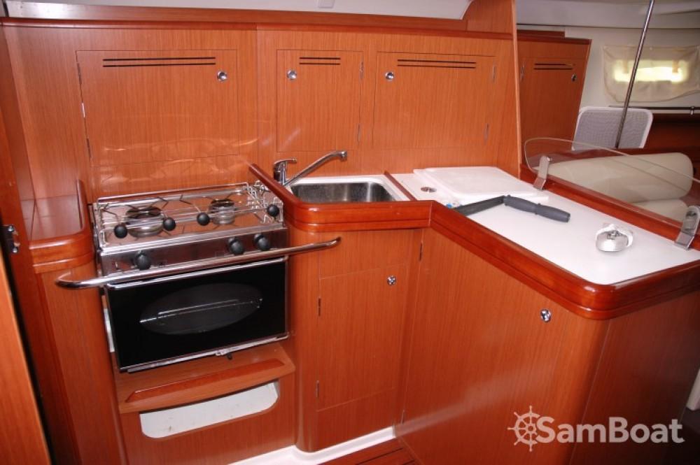 Louez un Bénéteau Oceanis 343 DL à Arradon