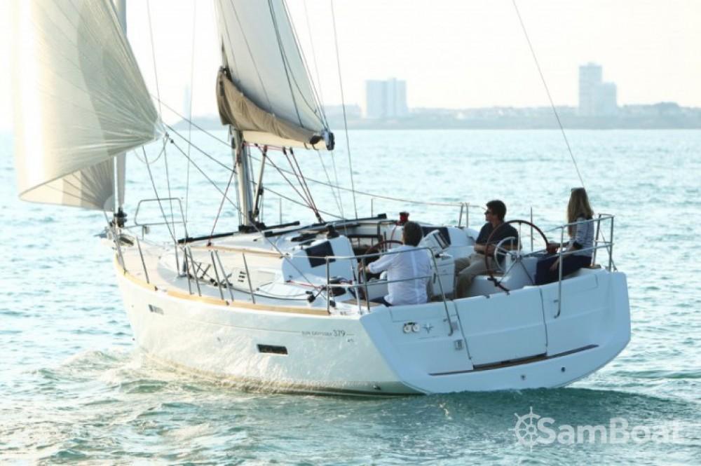 Location bateau Jeanneau Sun Odyssey 379 à Port Charles Ornano sur Samboat