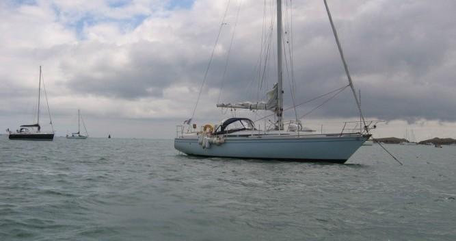 Jeanneau Gin Fizz gréé en sloop entre particuliers et professionnel à Port du Crouesty