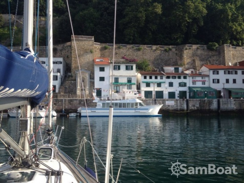 Bénéteau First 40.7 zwischen Privatpersonen und professionellem Anbieter Donostia/San Sebastián