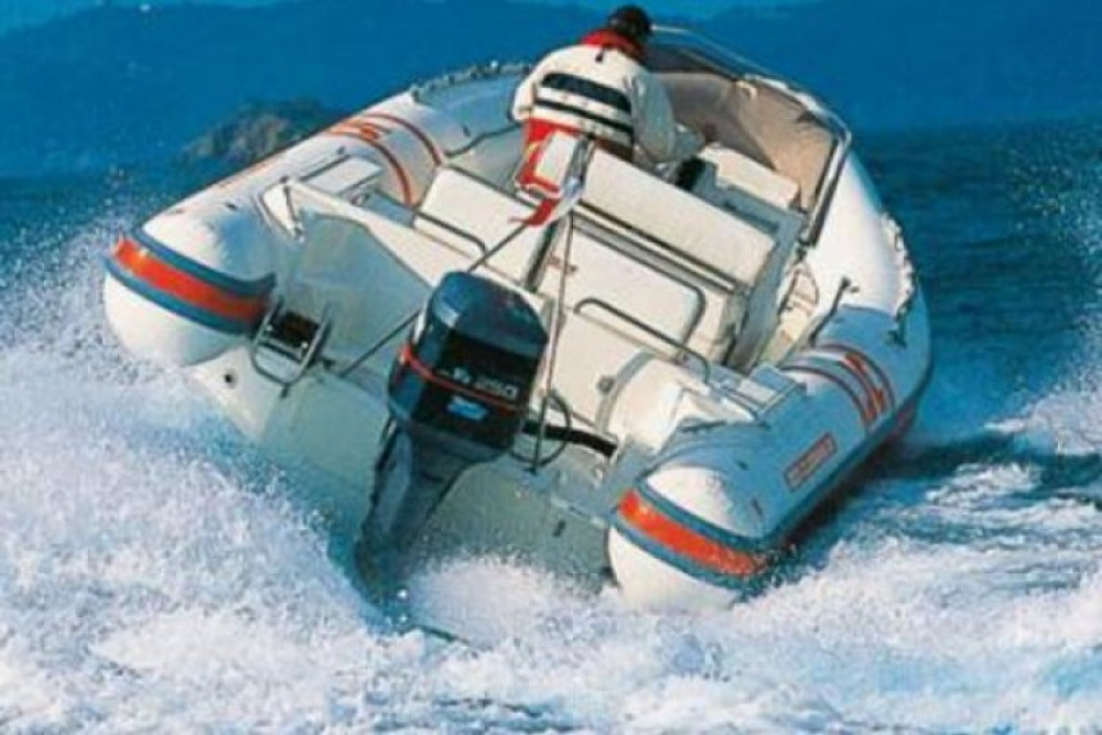 Louer Semi-rigide avec ou sans skipper Joker Boat à Naples