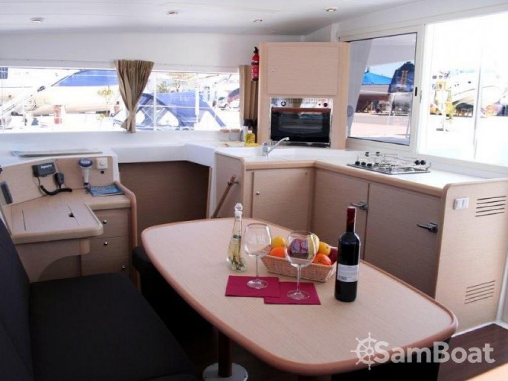 Catamaran à louer à Marina de Alimos au meilleur prix