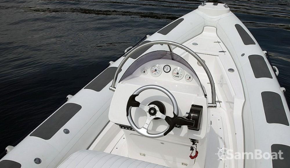 Louer Semi-rigide avec ou sans skipper Salona à Makarska