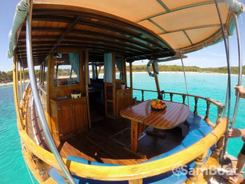 Louer Bateau à moteur avec ou sans skipper Custom Made à Zadar