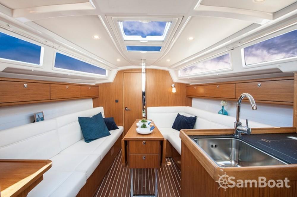 Bavaria Cruiser 33 entre particulares y profesional Šibenik