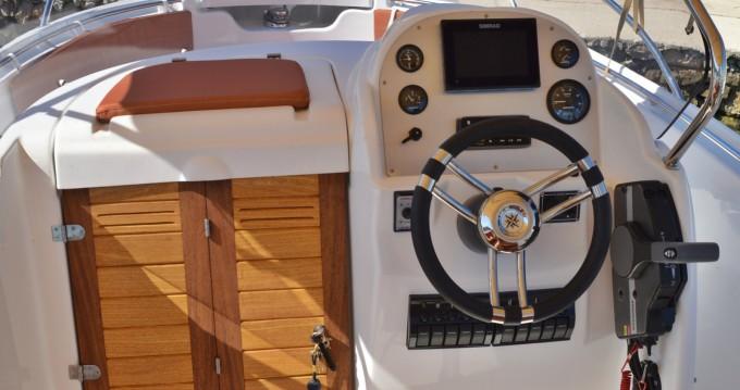 Barca a motore a noleggio Betina al miglior prezzo