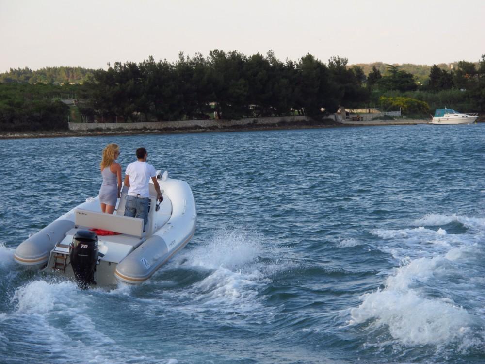 Louer Bateau à moteur avec ou sans skipper Zodiac à Marina Medulin