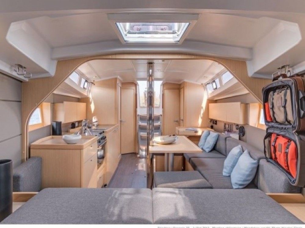 Location yacht à  - Bénéteau Oceanis 38.1 sur SamBoat