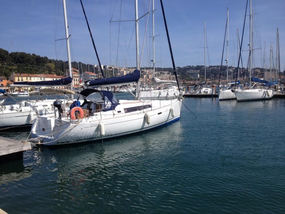 Boat rental Bénéteau Oceanis 37 in Bandol on Samboat