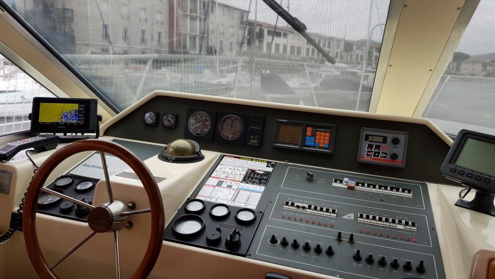 Louer Bateau à moteur avec ou sans skipper Azimut à Port Grimaud