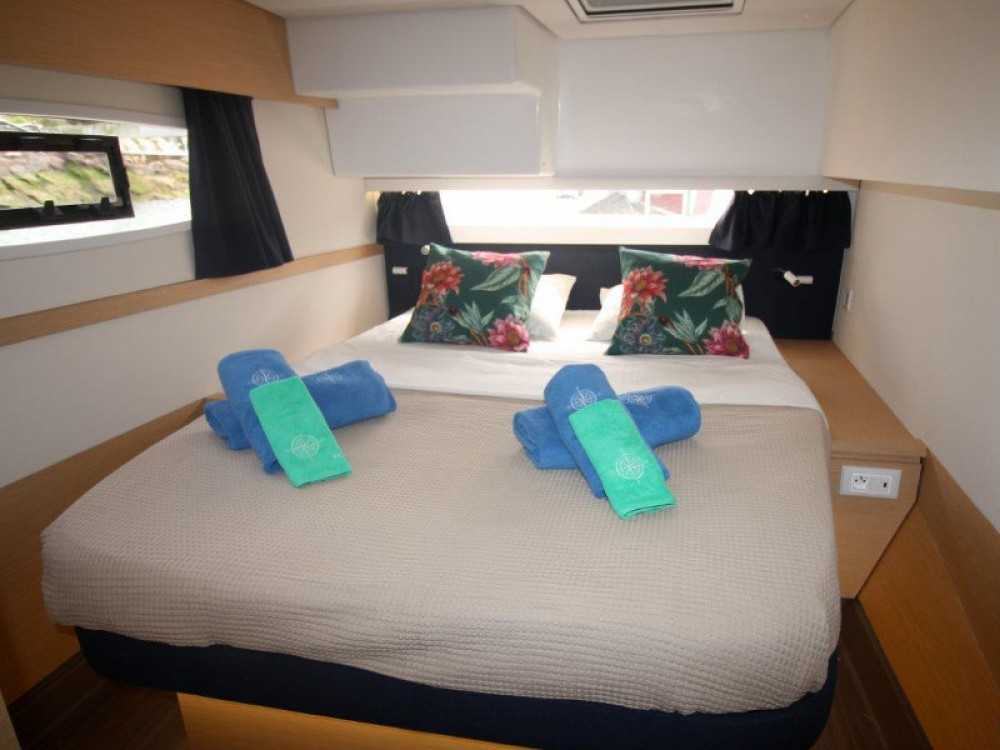 Location yacht à Cala dei Sardi - Fountaine Pajot Saba 50 sur SamBoat