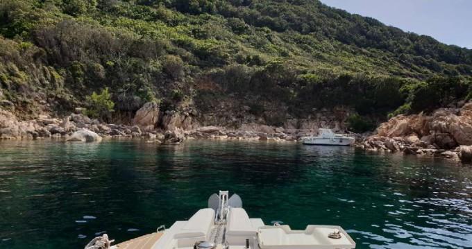 Louer Semi-rigide avec ou sans skipper Capelli à Propriano