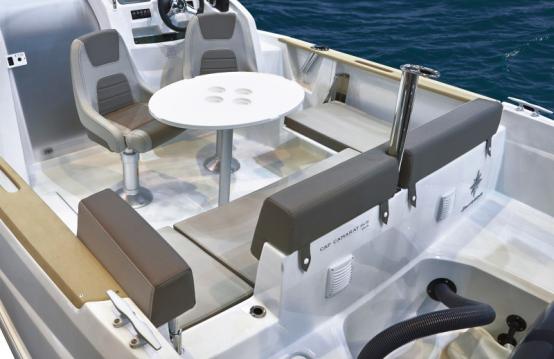 Louer Bateau à moteur avec ou sans skipper Jeanneau à Gassin