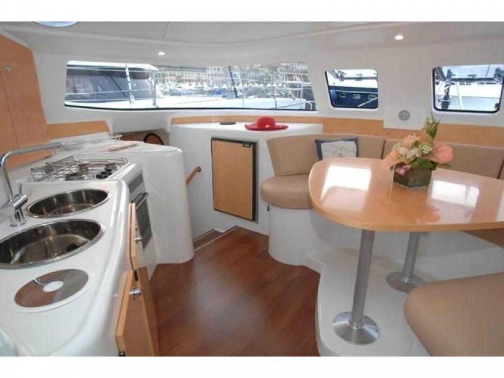 Catamaran te huur in Νέος Μαρμαράς voor de beste prijs