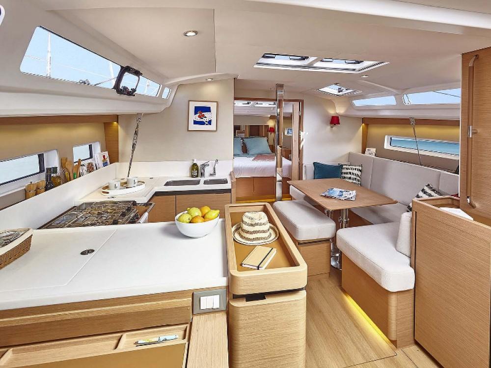 Huur een Jeanneau Sun Odyssey 440 in Marina Kaštela