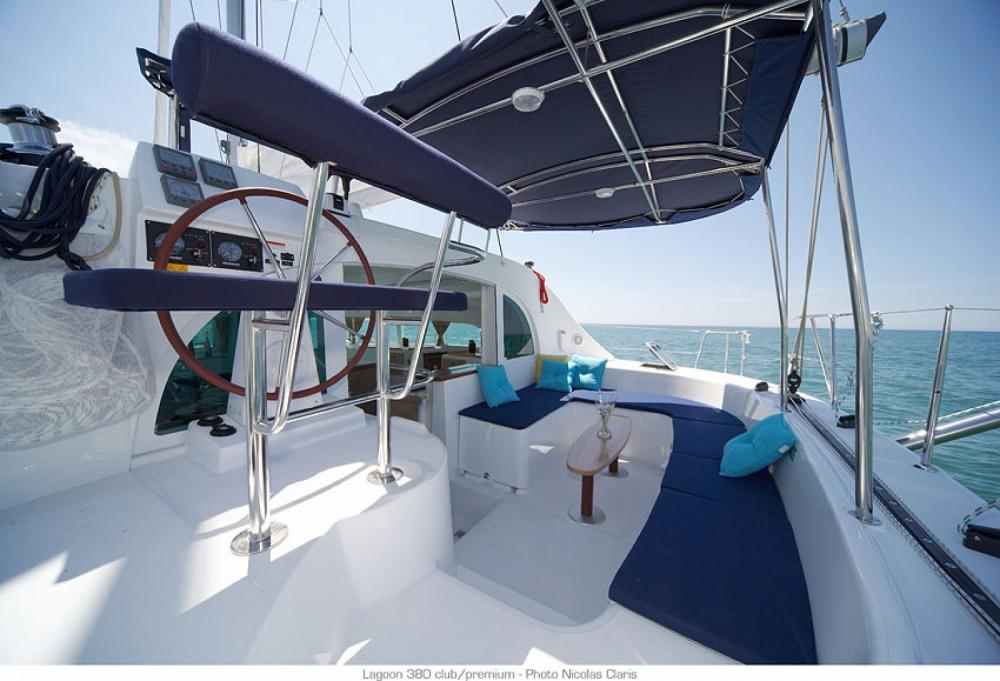 Catamaran te huur in Λαύριο voor de beste prijs