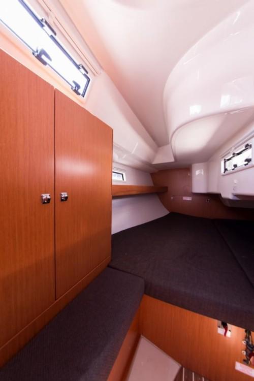 Bavaria Cruiser 33 zwischen Privatpersonen und professionellem Anbieter Šibenik