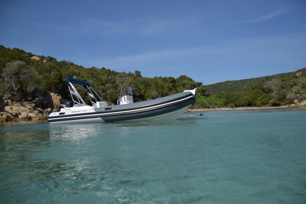 Louer Semi-rigide avec ou sans skipper Capelli à Ajaccio