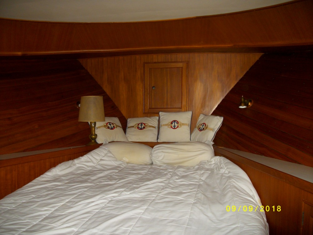 Motor boat for rent Saint-Chamas at the best price