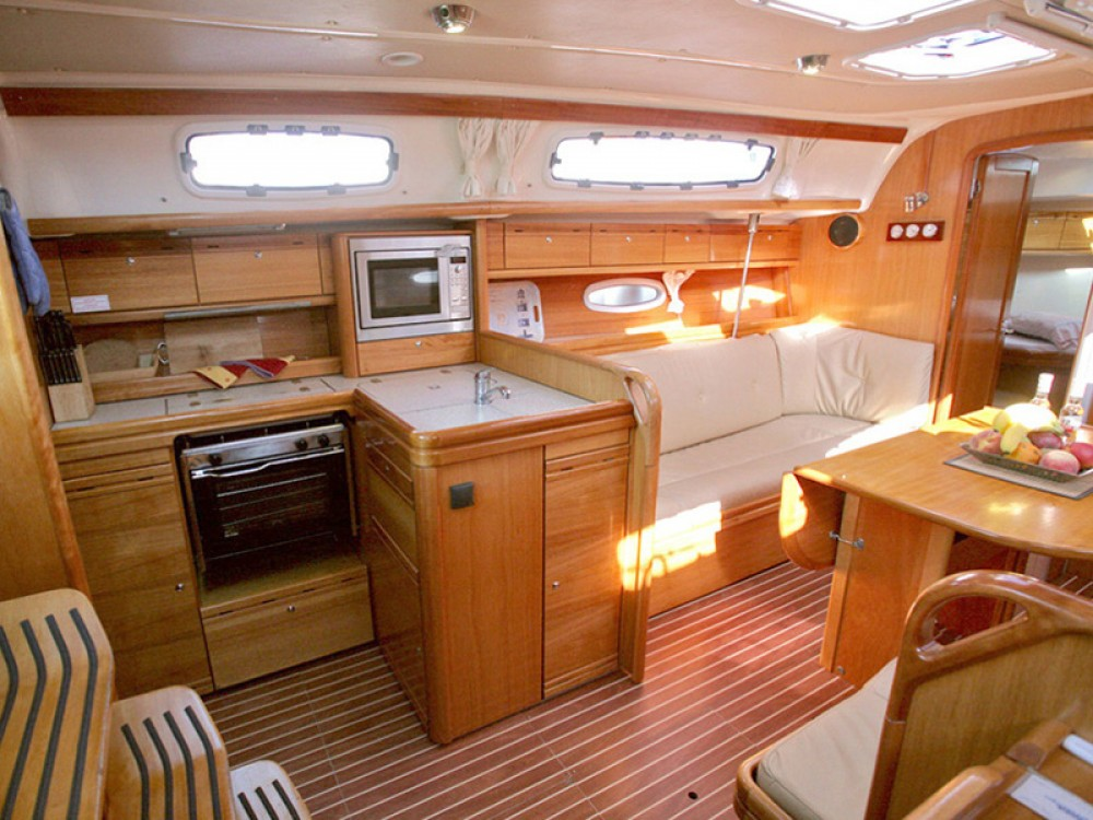 Boat rental Bavaria Bavaria 38 in Marina de Alimos on Samboat