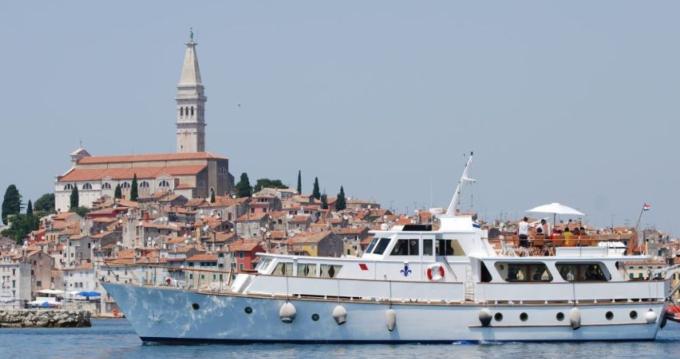 Bateau à moteur à louer à Grad Rijeka au meilleur prix