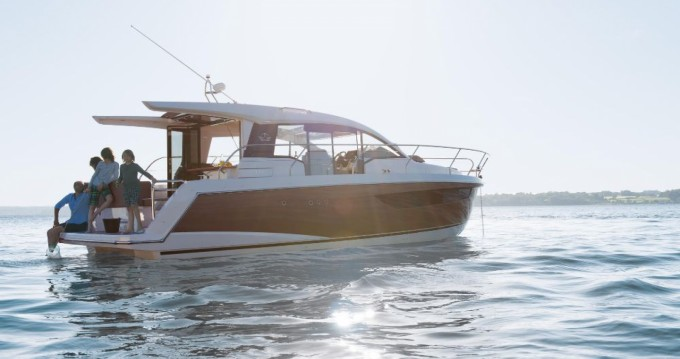 Rental Motor boat in Pula - Sealine Sealine C330