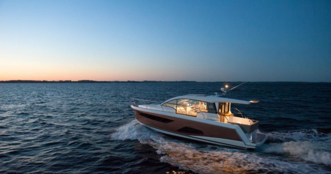 Rent a Sealine Sealine C330 Pula
