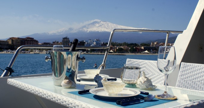 Bateau à moteur à louer à Taormina au meilleur prix
