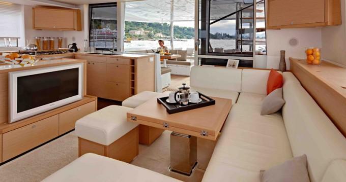 Louer Catamaran avec ou sans skipper Lagoon à Adamantas