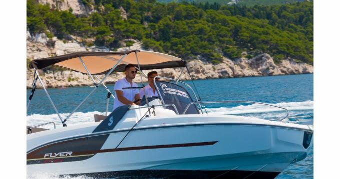 Louer Bateau à moteur avec ou sans skipper Bénéteau à Makarska