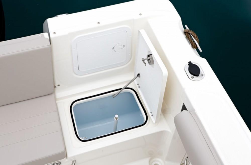 Location bateau Clohars-Carnoët pas cher Activ 605 Pilothouse