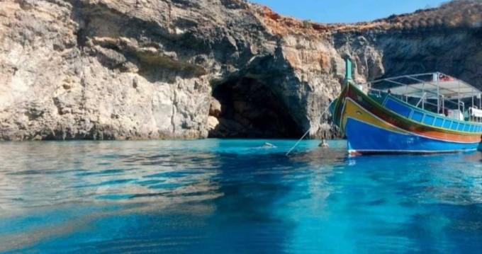 Traditional Maltese Luzzu Boat Luzzu entre particuliers et professionnel à San Ġiljan