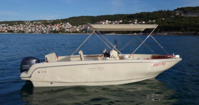 Louer Bateau à moteur avec ou sans skipper Invictus  à Trogir
