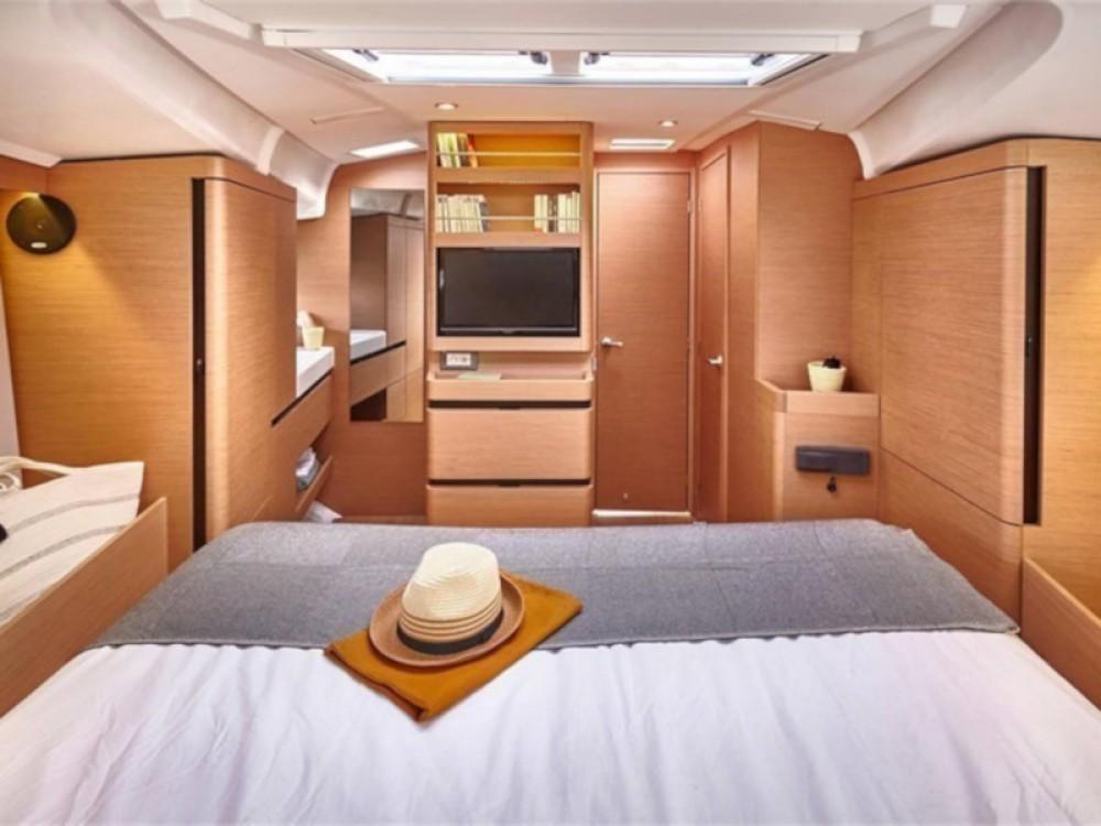 Rental yacht Arona - Jeanneau Sun Odyssey 490 on SamBoat