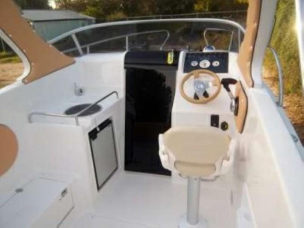 Louer Bateau à moteur avec ou sans skipper SAVER Cabin à Okrug Gornji
