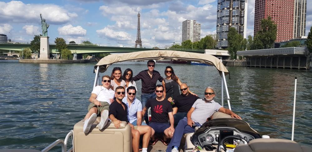 Huur een Suntracker Party Barge 24 in Parijs