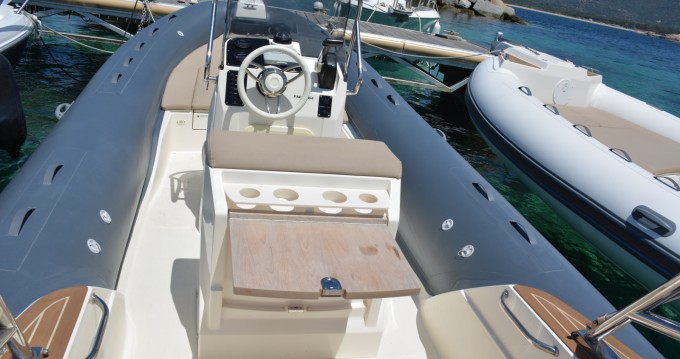 Louer Semi-rigide avec ou sans skipper Capelli à Algajola