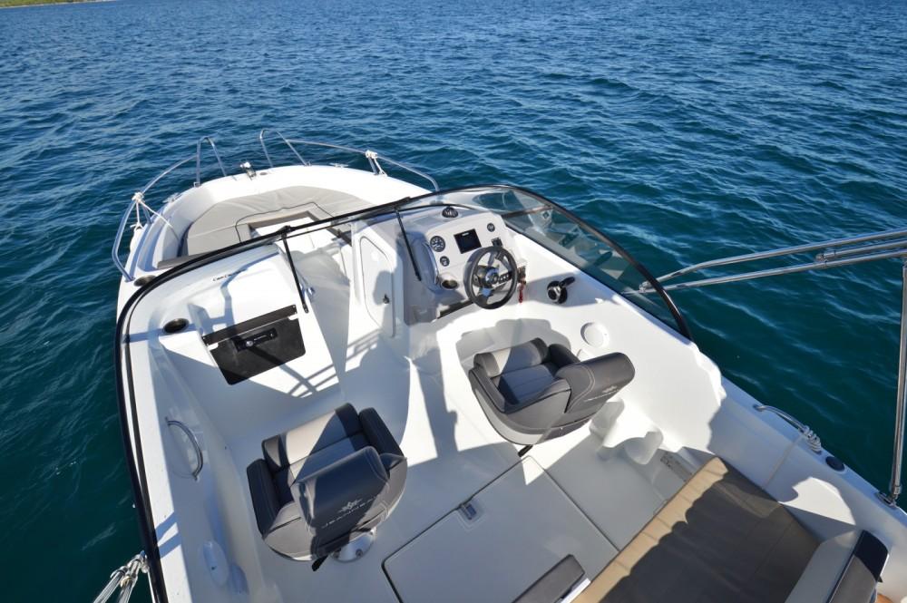 Louer Bateau à moteur avec ou sans skipper Jeanneau à Betina