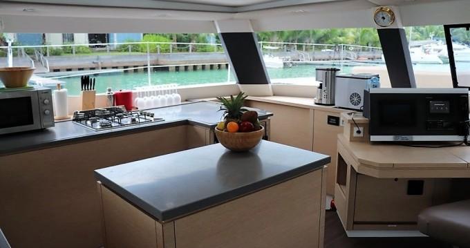 Location bateau Fountaine Pajot Saba 50 à Eden Island sur Samboat