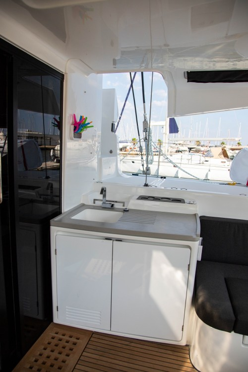 Louez un Lagoon Lagoon 50 LUX elegance (2019) equipped with airconditioning (saloon + cabins), generator, watermaker, ice maker, dishwasher, washer/dryer, 2 SUP, snorkelling equipment à Slano