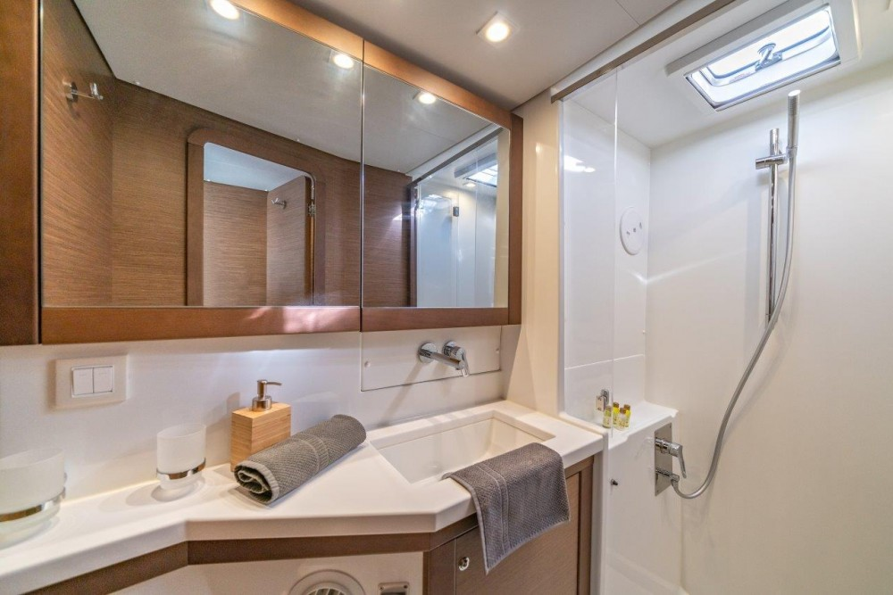 Location bateau Lagoon Lagoon 450 Sport LUX equipped with generator, A/C (saloon+cabins), ice maker, dishwasher, 2 S.U.P., underwater lights à Spalato sur Samboat
