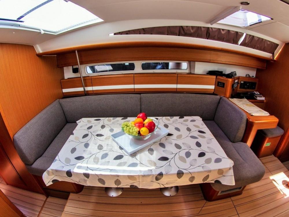 Location bateau Jeanneau Jeanneau 53 (2013) equipped with roll mainsail, bow thruster, generator, A/C (saloon), TV/DVD à Split sur Samboat
