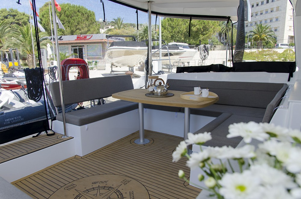Location bateau Spalato pas cher Lagoon 450 F (2017) equipped with generator, A/C (saloon+cabins), ice maker, dishwasher,water maker, microwave oven,  2 S.U.P, 2 knee board, water tube, kayak,  underwater lights, bow thruster
