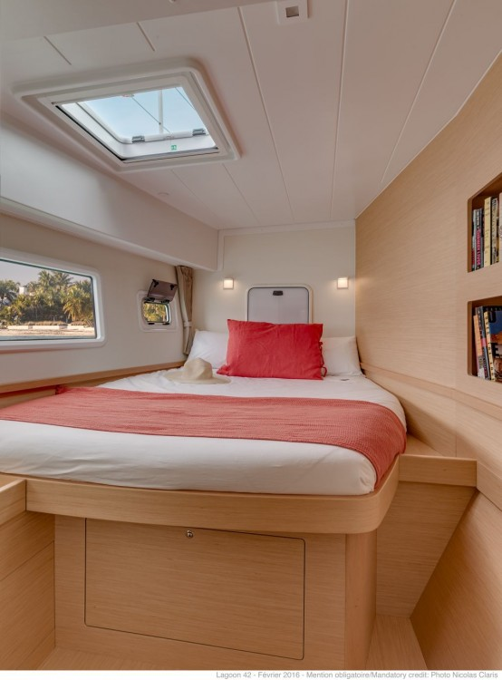 Louez un Lagoon Lagoon 42 (2020) equipped with generator, A/C (saloon+cabins),water maker, microwave oven with grill à Slano