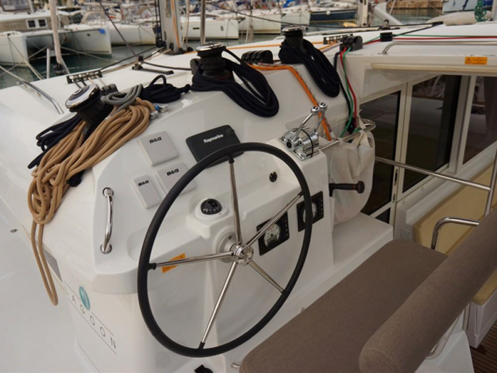 Location bateau Lagoon Lagoon 400 S2 à Marina de Alimos sur Samboat