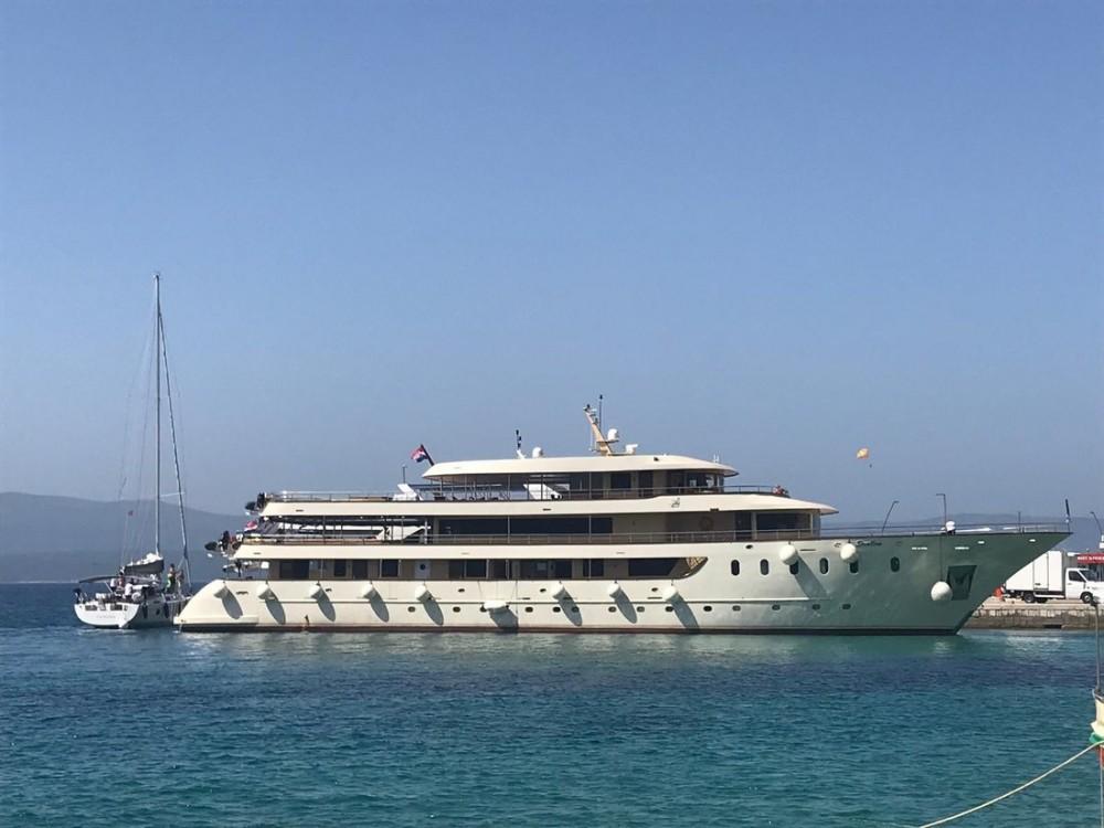 Location Yacht Custom Made avec permis