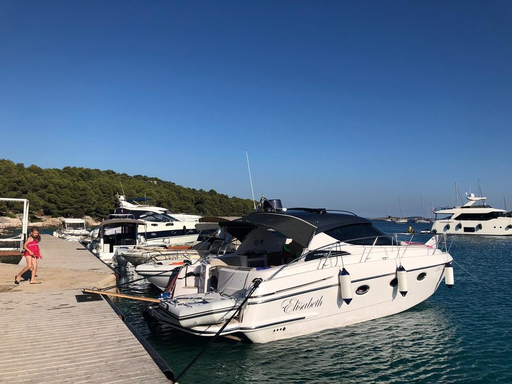 Louez un Focus Motor Yachts Focus Power 33 Hard Top à Grad Zadar