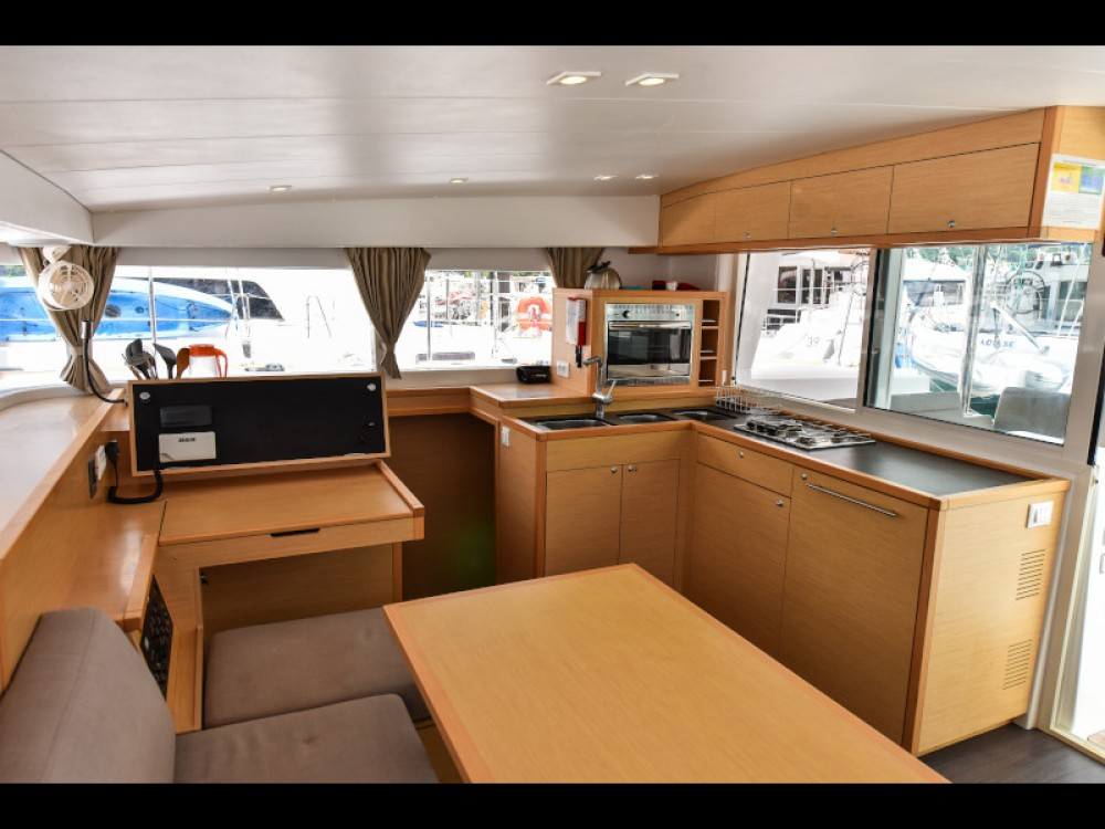 Location bateau Victoria pas cher Lagoon 400